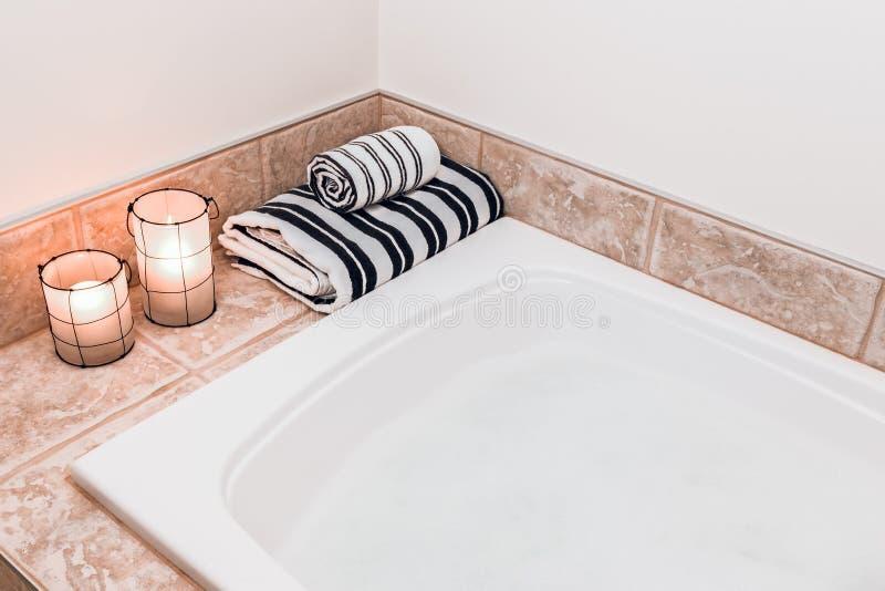 Salle de bains avec les lanternes confortables image libre de droits