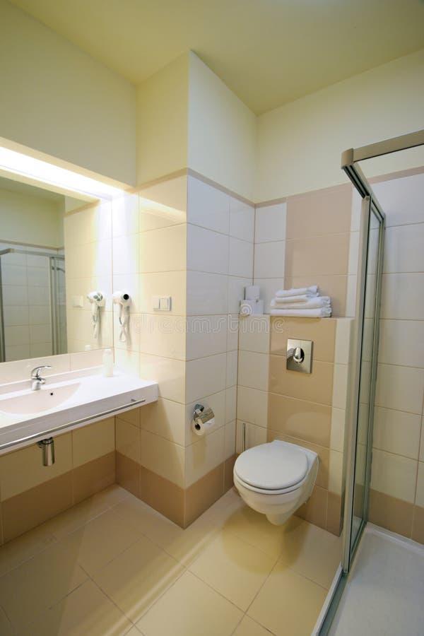 Salle de bains beige photographie stock libre de droits
