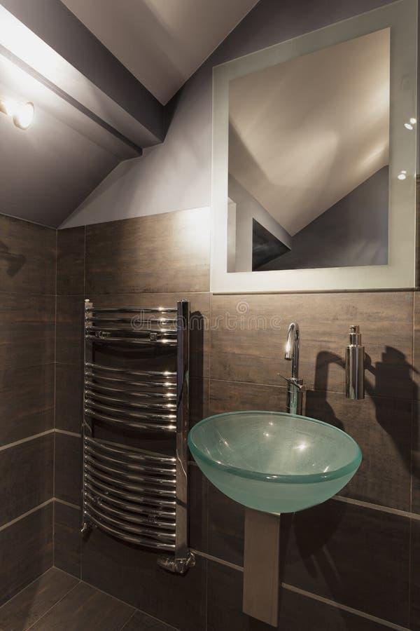 Salle de bains beige confortable photos stock