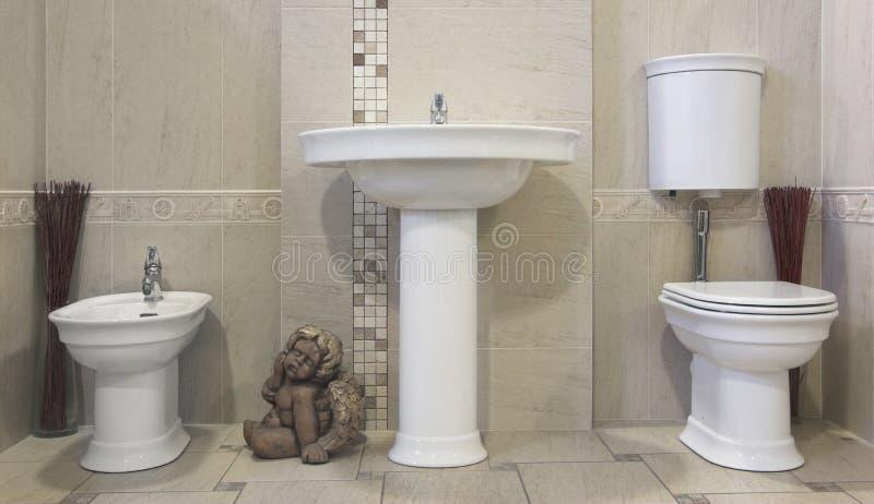 Salle de bains beige moderne photo stock