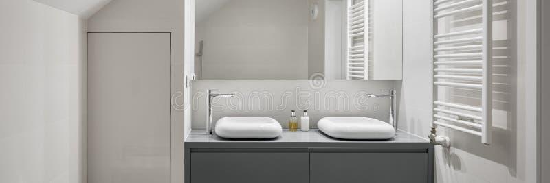 Salle de bains blanche avec deux bassins photos libres de droits