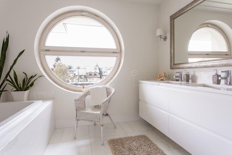 Salle de bains blanche avec la grande fen tre ronde photo for Decoration fenetre ronde