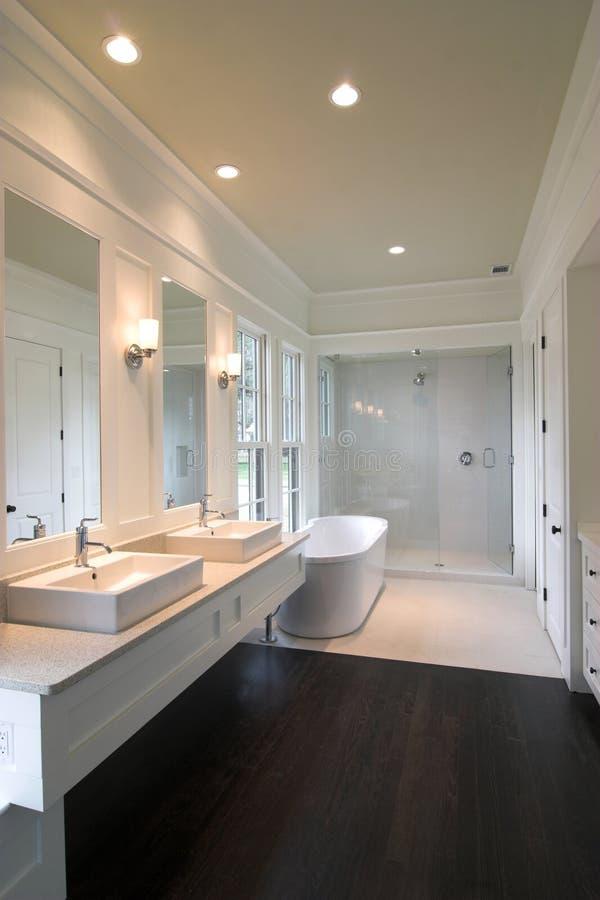 Salle de bains blanche chère photographie stock libre de droits