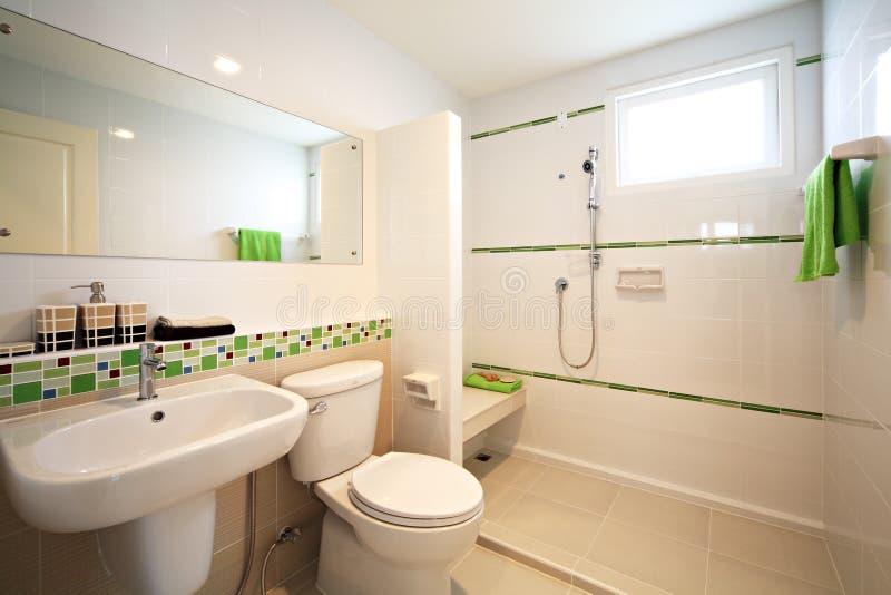 salle de bains blanche moderne image stock image du appareil lumineux 18572417. Black Bedroom Furniture Sets. Home Design Ideas