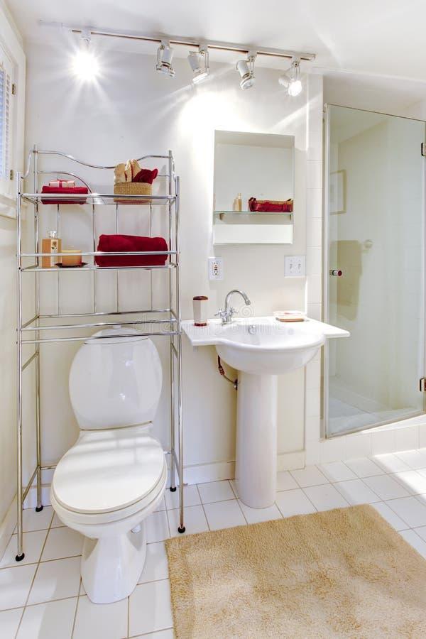 Salle de bains blanche régénératrice photographie stock