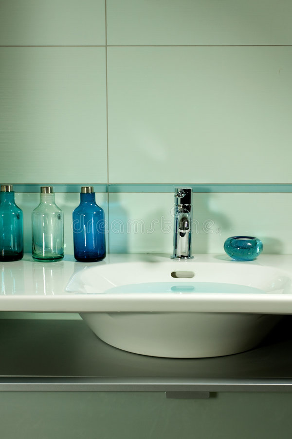 Salle de bains bleue photo stock