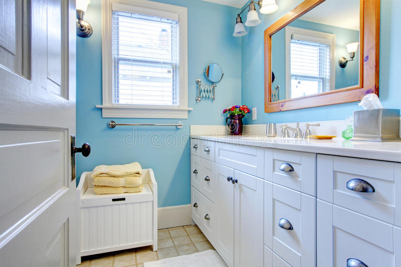 Salle de bains bleue et blanche photos libres de droits