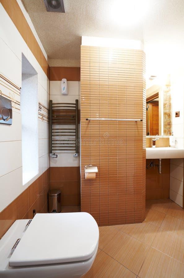 Salle de bains brune et blanche moderne images stock