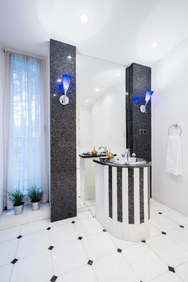Salle de bains chère dans la maison riche de personnes images stock