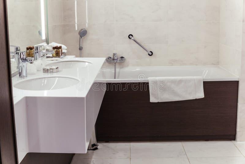 Salle de bains de concepteur avec le carrelage de douche photographie stock libre de droits