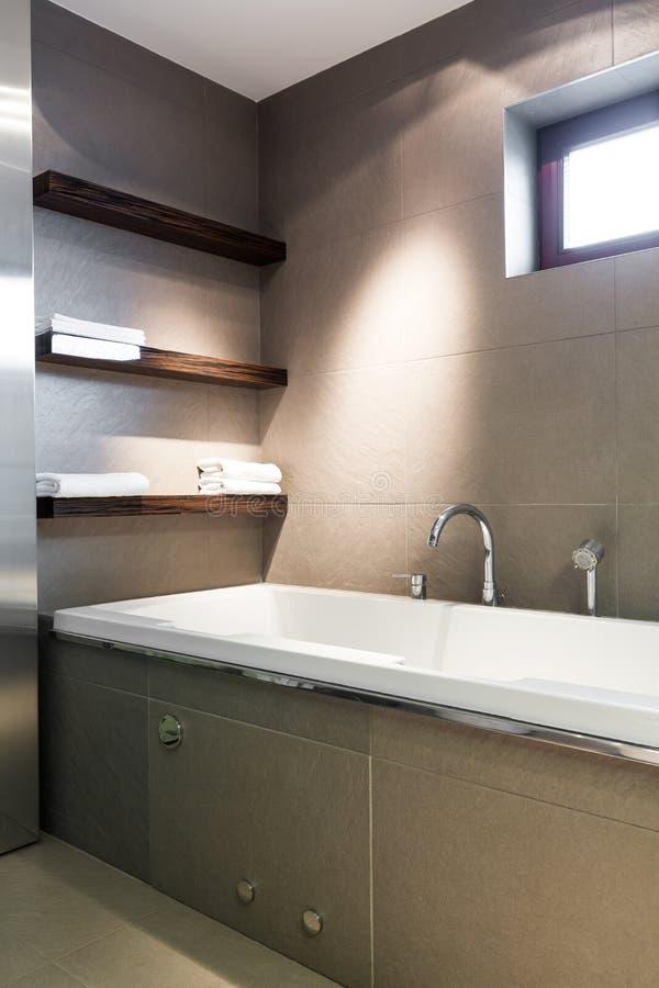 Salle de bains concrète moderne photographie stock libre de droits