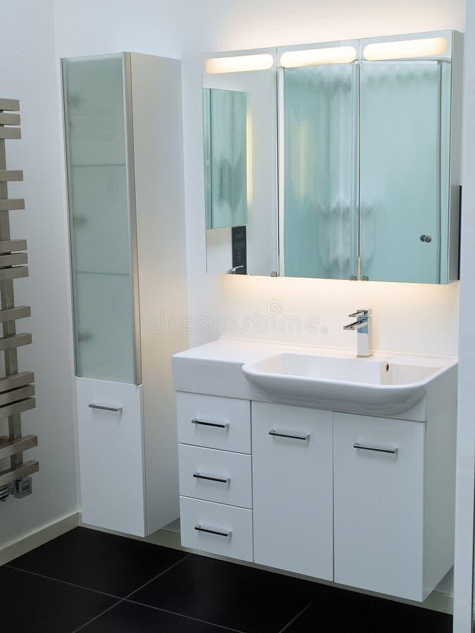 Salle de bains contemporaine moderne de blanc de créateur photos libres de droits