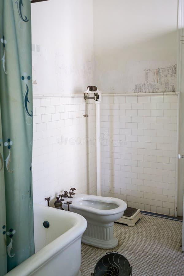 Salle de bains cubaine de villa du ` s d'Ernest Hemingway photos stock