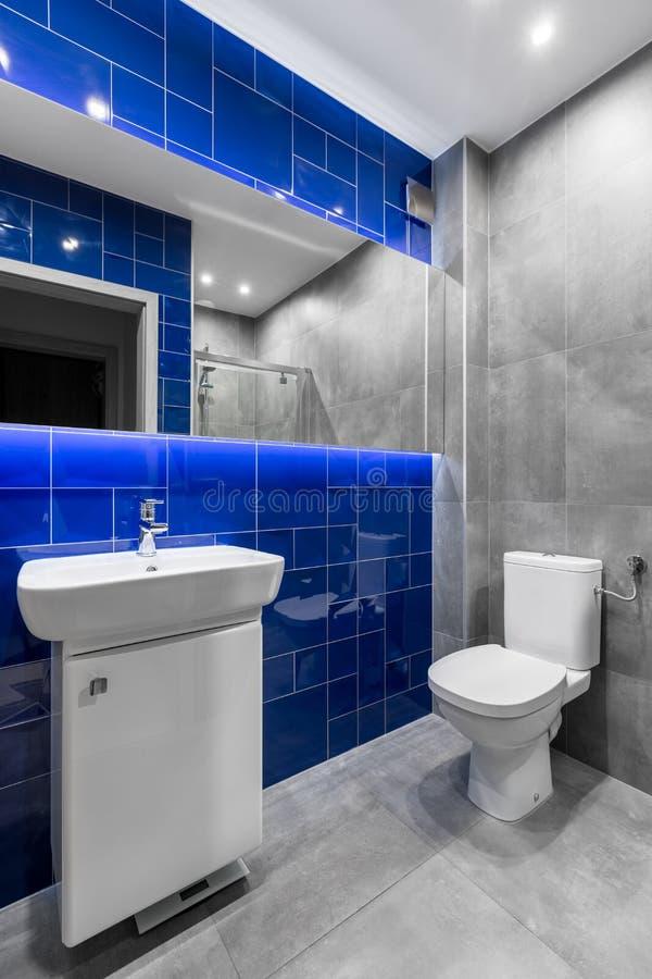 Salle de bains dans des couleurs grises et bleues photos stock