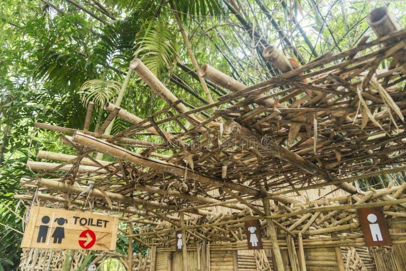 Salle de bains dans la forêt en bambou photos stock