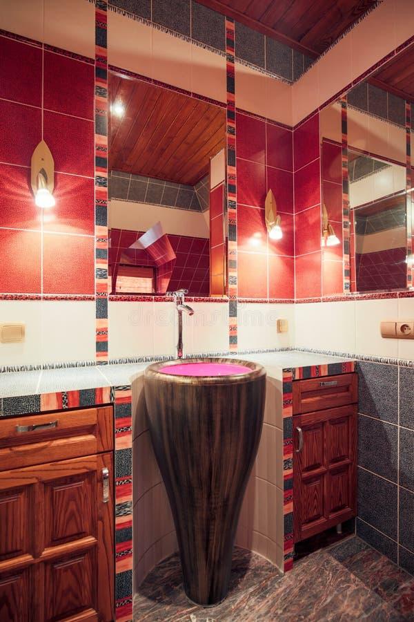 Salle de bains dans la maison coloniale de style image stock
