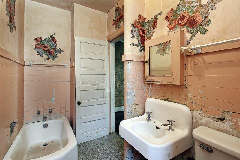 Salle de bains dans la vieille maison abandonnée photographie stock libre de droits