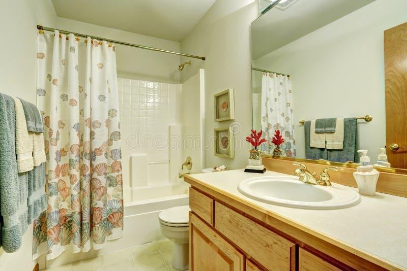 salle de bains dans le style marin le rideau en douche avec la mer cosse le mod le image stock. Black Bedroom Furniture Sets. Home Design Ideas