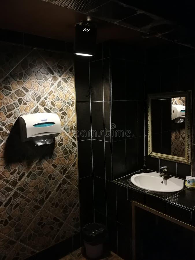 Salle de bains dans un hôtel cinq étoiles de Bangna Thaïlande images stock