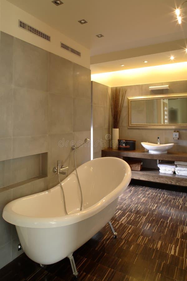 Salle de bains dans une maison de luxe images libres de droits