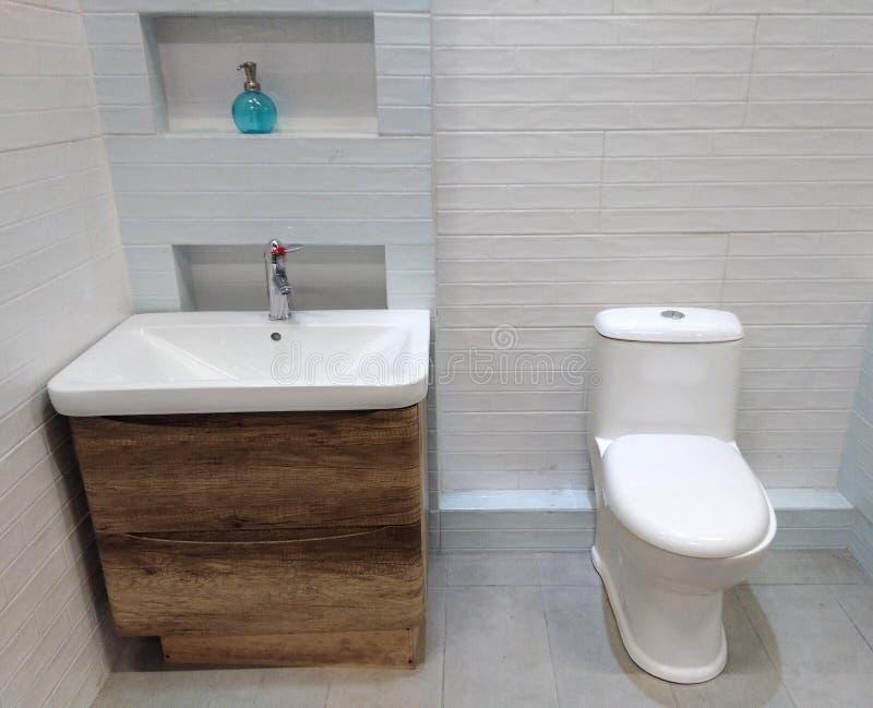 Salle de bains dans une maison moderne images libres de droits