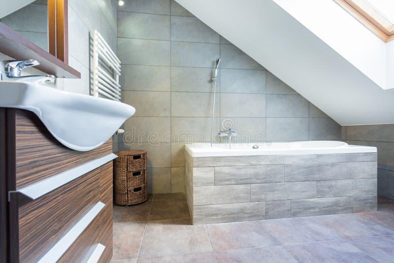 Salle de bains de concepteur dans la maison de luxe images libres de droits
