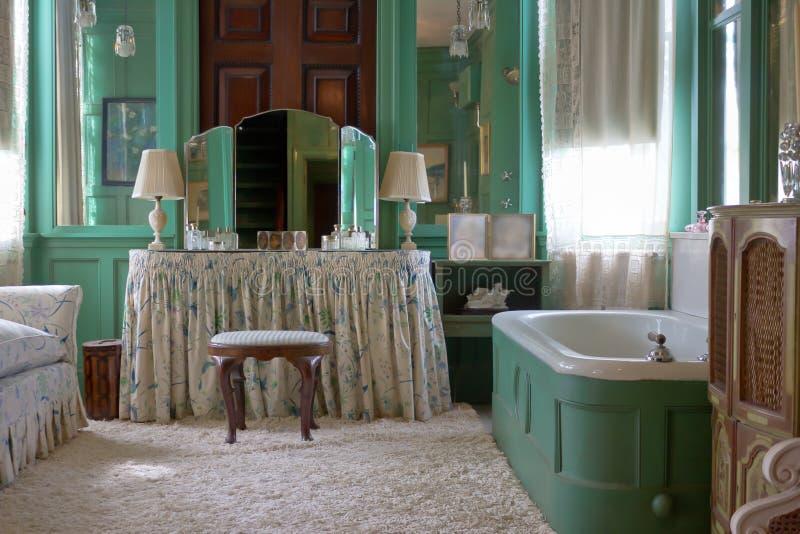Salle de bains de cru photographie stock libre de droits