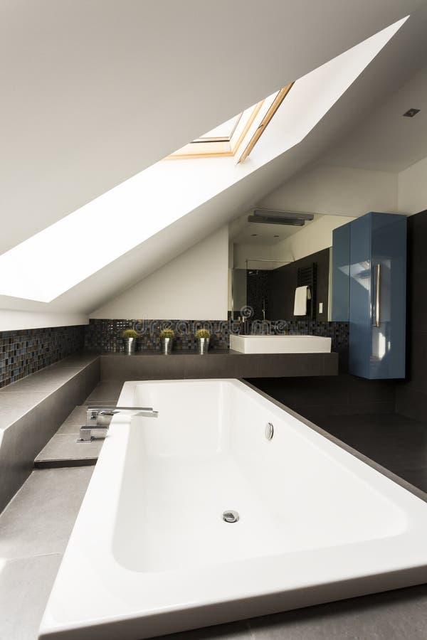 Salle de bains de grenier avec l'idée de baignoire photos libres de droits