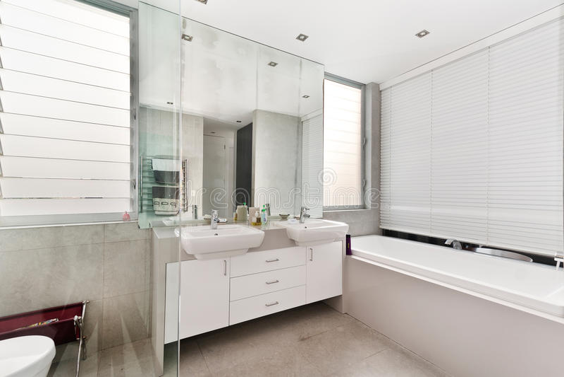 Salle de bains de la maison luxueuse photo libre de droits