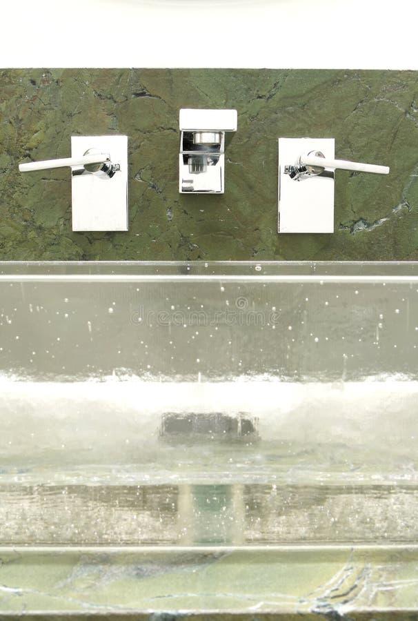 Salle de bains de luxe conçue dans le type moderne photo stock