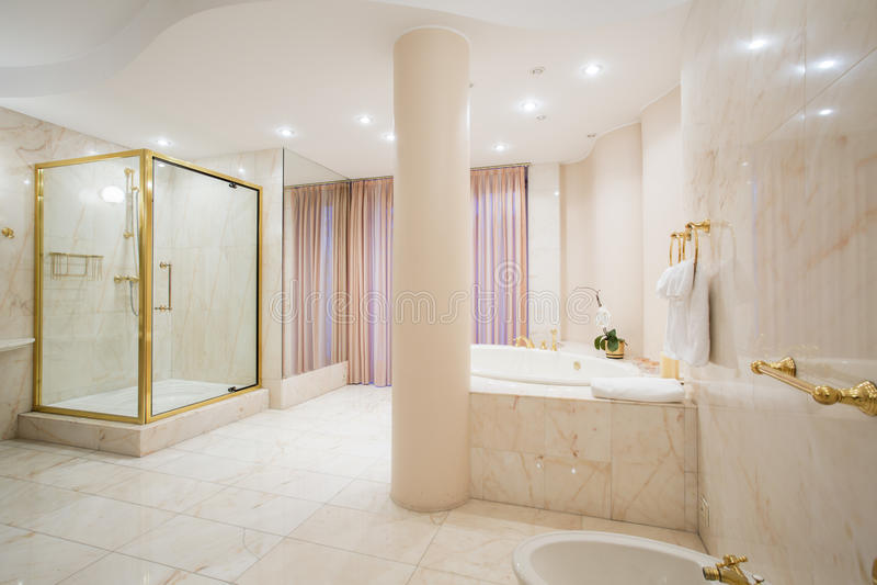 Salle de bains de luxe dans des couleurs en pastel photographie stock