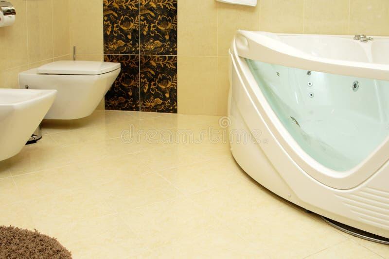 Salle de bains de luxe dans une suite d'hôtel photographie stock