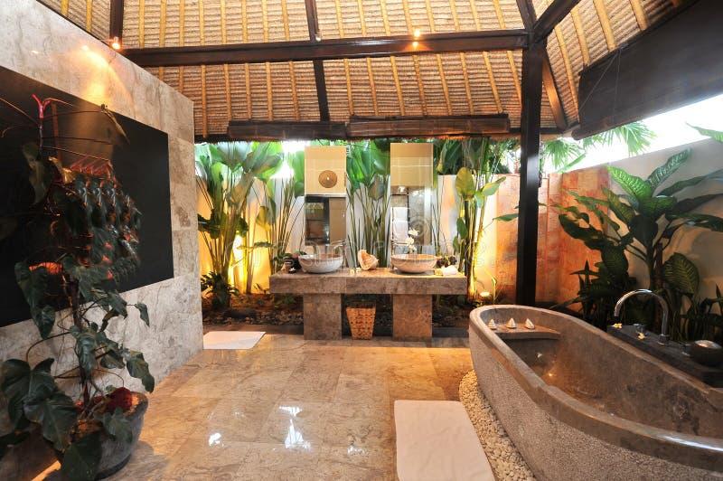 Salle de bains de luxe de pièce dans une villa tropicale photo libre de droits