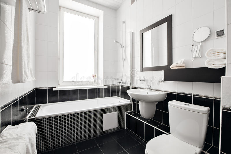 Salle de bains de luxe moderne avec la baignoire et la fenêtre Conception intérieure photographie stock