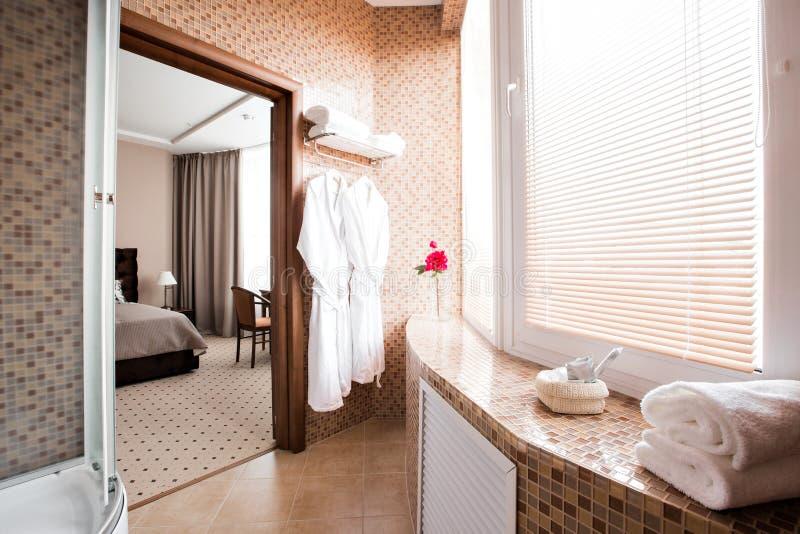 Salle de bains de luxe moderne avec la carlingue et la fenêtre de douche Conception intérieure photographie stock libre de droits