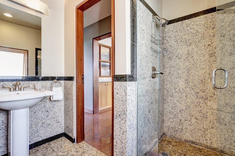 Salle de bains de marbre moderne avec la douche de plain-pied photo stock