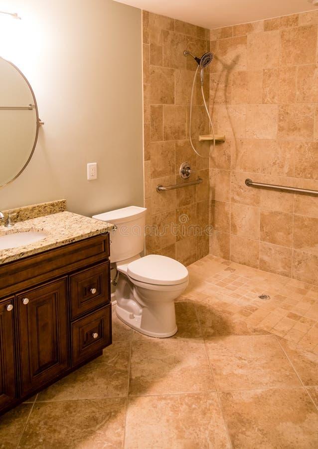 Salle de bains de tuile avec la douche handicapée photo stock