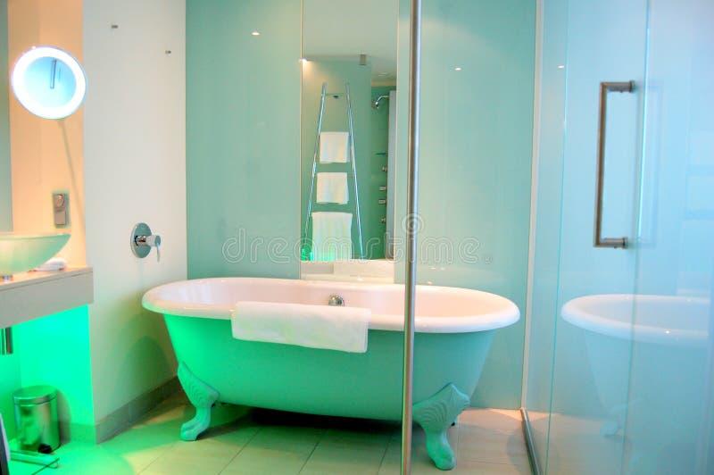 Salle de bains de type moderne et vieux images libres de droits