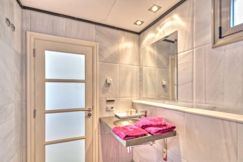 Salle de bains en villa moderne images stock