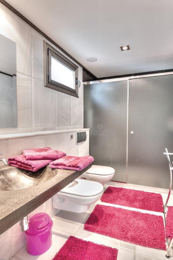 Salle de bains en villa moderne photographie stock libre de droits
