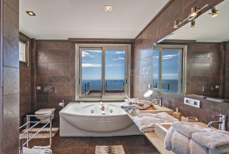 Salle de bains en villa moderne image stock