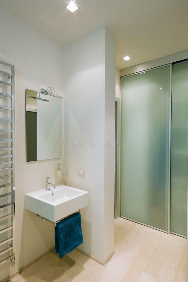 Salle de bains et radiateur modernes image libre de droits