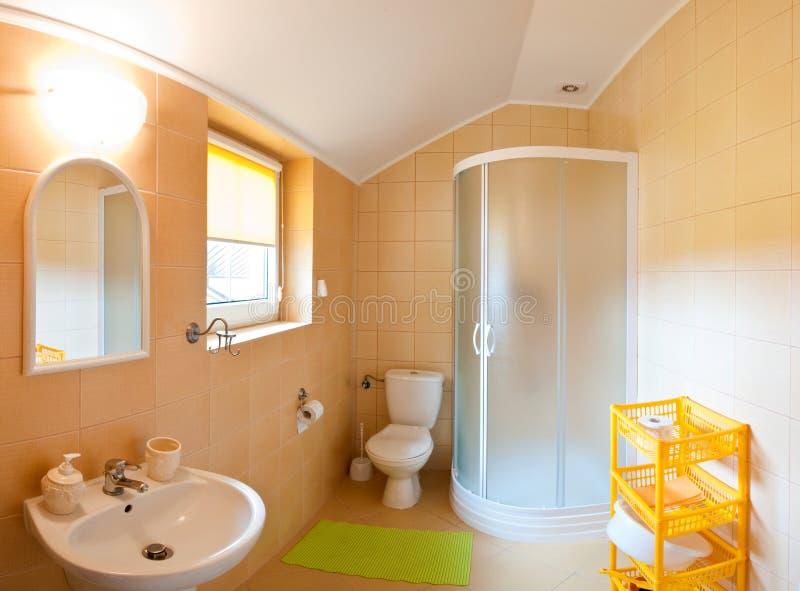 Salle de bains grande-angulaire photo stock
