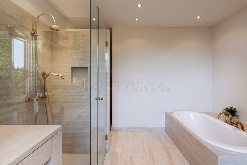 salle de bains intérieure et moderne image libre de droits