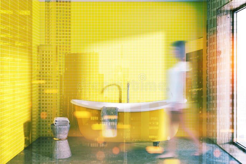 Salle de bains jaune avec un chiar modifié la tonalité images libres de droits
