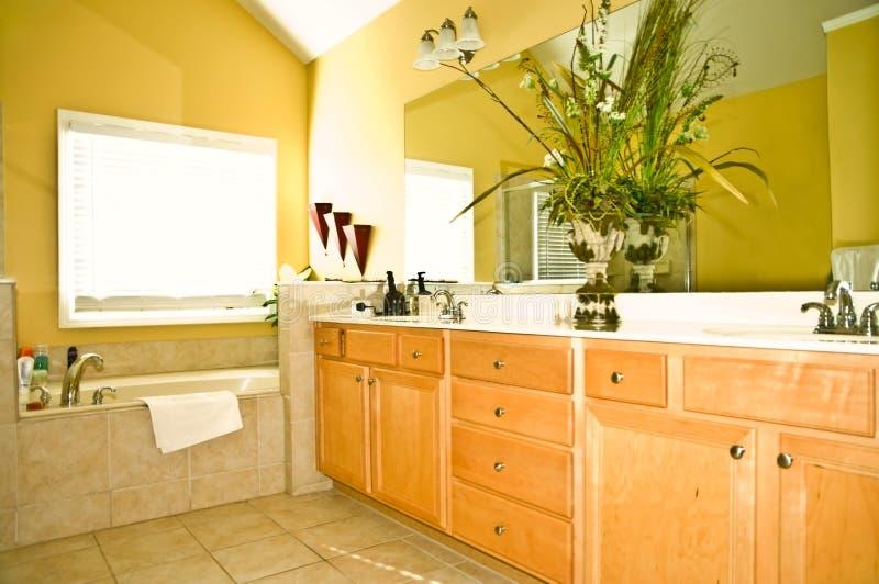 Salle de bains jaune moderne photographie stock libre de droits