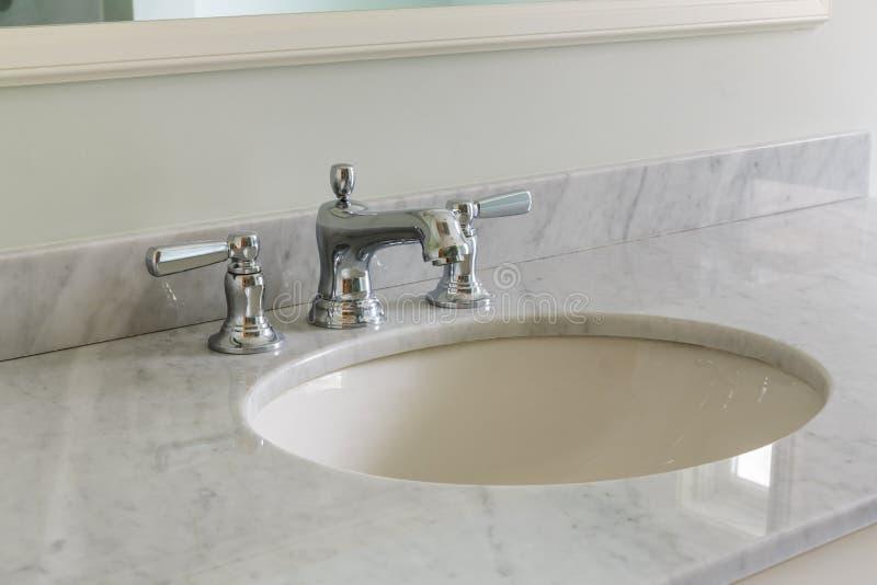 Salle de bains légère avec le plan de travail de marbre photo stock