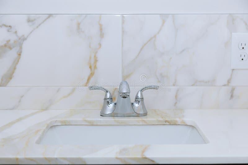 Salle de bains légère avec le plan de travail de marbre photos stock