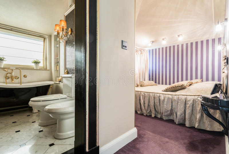 Salle de bains liée à la chambre à coucher photo stock