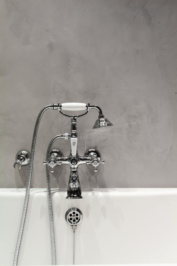 Salle de bains lumineuse avec le nouveaux mur et tuyauterie texturisés images libres de droits